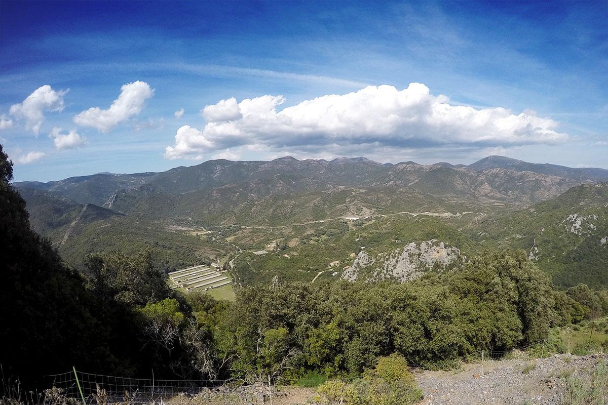 Panorama verso la valle a nord delle grotte
